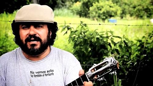"""Trecho de """"Nosotros con Chávez"""",  interpretada pelo autor,Gino González"""