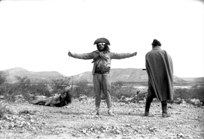 O jagunço Antônio das Mortes (Mauricio do Valle) e o cangaceiro Corisco (Othon Bastos) se enfrentam no sertão