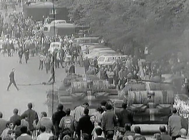 """Cenas da invasão de Praga na minissérie """"Uma História do Comunismo – A fé do século 20"""", dirigida por Patrick Rotman e Patrick Barbéris"""
