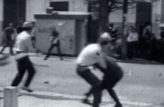 """Cenas de """"Tempo de Resistência"""", de Leopoldo Paulino, mostram os confrontos entre os estudantes"""
