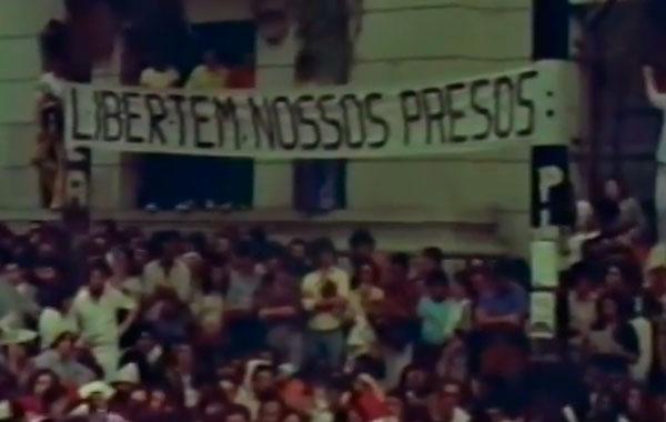 """Trecho do filme """"O Apito da Panela de Pressão"""" que mostra a grande manifestação estudantil de 5 de maio de 1977"""