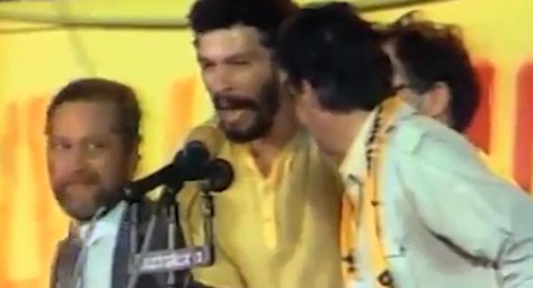 Num comício pelas eleições diretas, instado pelo locutor Osmar Santos, o jogador Sócrates diz que não vai sair do Brasil se a Emenda Dante de Oliveira for aprovada