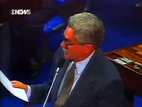 Reportagem da TV Globo mostra a leitura da carta de renúncia do presidente Collor por seu advogado, José Moura Rocha, no plenário do Senado Federal