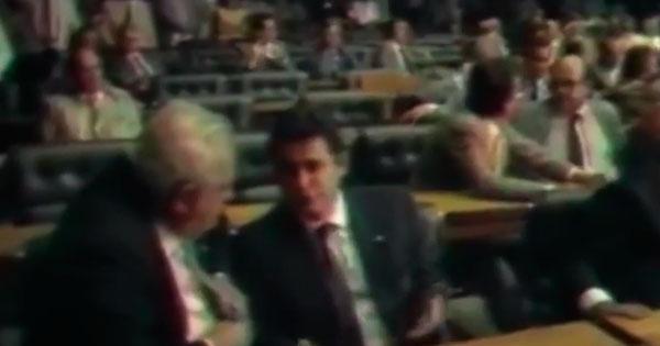"""Trecho do programa """"Ernesto Varela, o Repórter"""", protagonizado por Marcelo Tas, mostra reação das galerias após a derrota da Emenda Dante de Oliveira"""