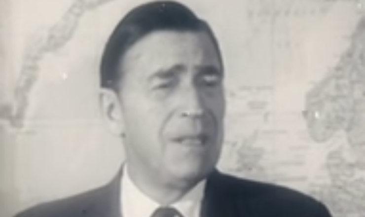 O embaixador americano Charles Burke Elbrick fala com a imprensa no dia 15 de setembro de 1969, após ser solto em troca da liberdade para 15 presos políticos que foram levados ao México. Imagens do Acervo da Cinemateca Brasileira.
