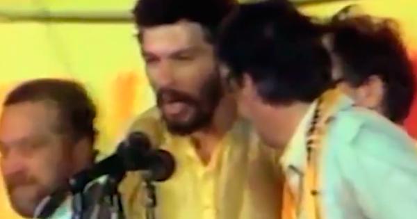 Osmar Santos e o jogador Sócrates no comício das Diretas-Já
