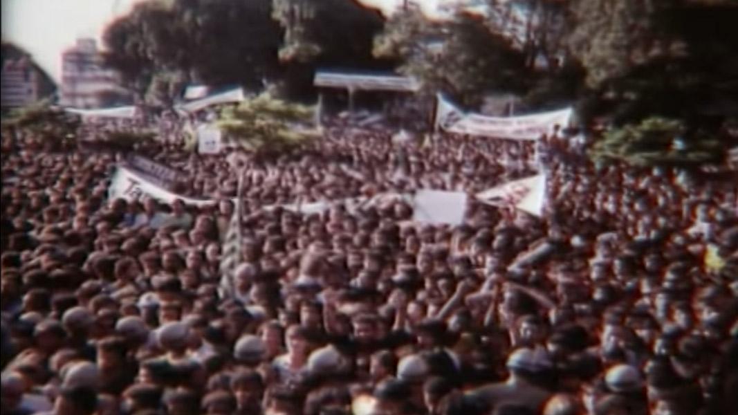 """O filme """"Céu Aberto"""", dirigido por João Batista de Andrade, documenta com imagens e depoimentos o impacto que a doença e a morte de Tancredo causaram no país"""