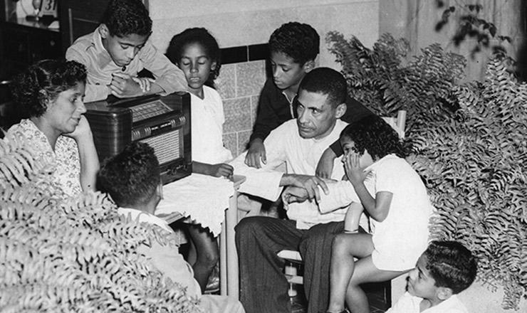 <strong> Reunida em volta do r&aacute;dio, família ouve </strong> atenta a &quot;Hora do Brasil&quot;,&nbsp;no final dos anos 1930&nbsp;