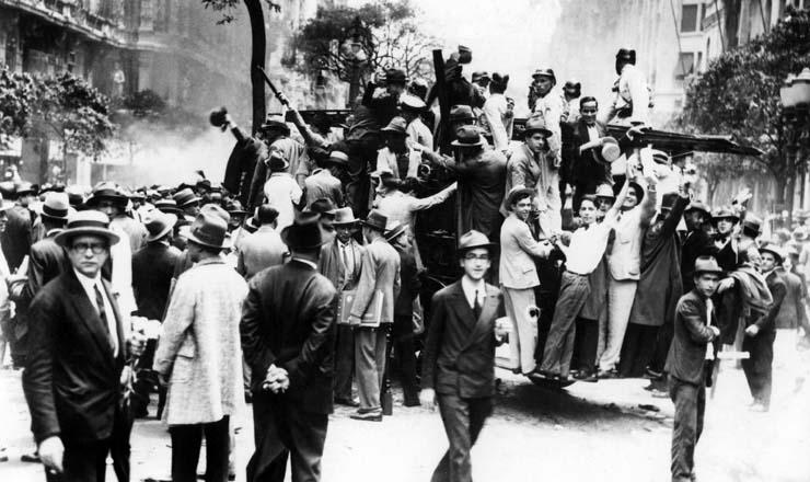 <strong> Popula&ccedil;&atilde;o comemora </strong> a vit&oacute;ria da Revolu&ccedil;&atilde;o nas ruas do Rio de Janeiro