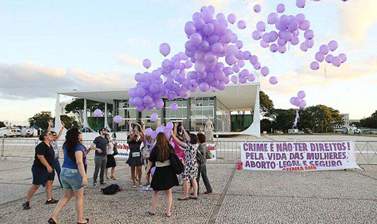<strong> Entidades feministas</strong> fazem manifesta&ccedil;&atilde;o em frente do STF