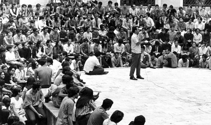 <strong> O Decreto-Lei 477</strong> proibiu atividades como essa assembleia em 1968, na qual discursou Elinor Brito (em p&eacute;), presidente da Frente Unida dos Estudantes do Calabou&ccedil;o&nbsp;  &nbsp;