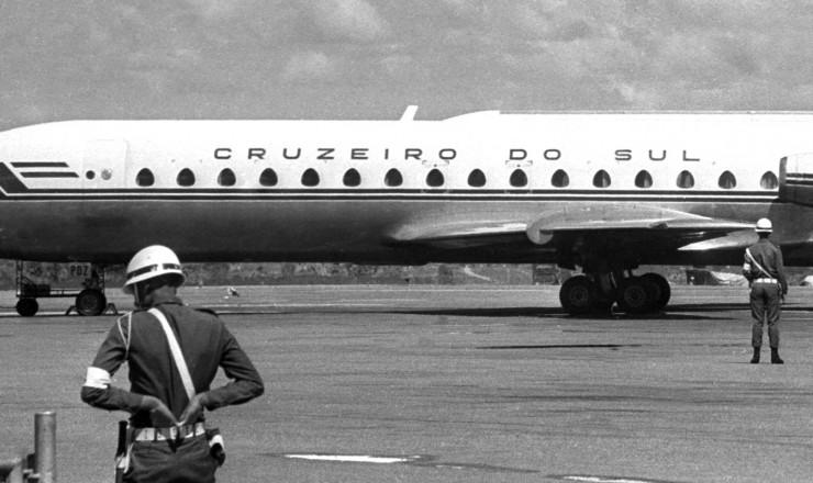<strong> O&nbsp;Caravelle da Cruzeiro do Sul</strong> na pista do aeroporto do Gale&atilde;o (RJ), ao retornar ao Brasil seis dias depois de ter sido sequestrado por militantes da VPR  &nbsp;  <br /> &nbsp;