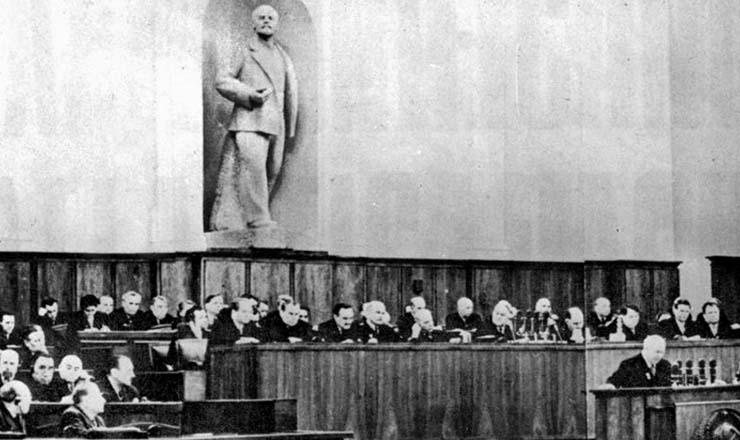 <strong> Grande Pal&aacute;cio do Kr&ecirc;mlin, Moscou, durante o 20&ordm; Congresso do PCUS</strong> , em fevereiro de 1956: sob a est&aacute;tua de L&ecirc;nin, Kruschev denunciou os crimes do stalinismo aos mais de 1.600 delegados presentes