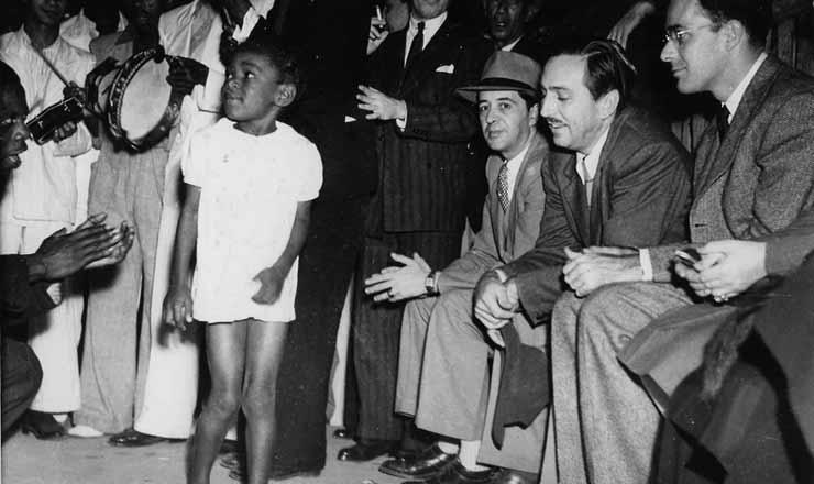 <strong> Dentro da pol&iacute;tica de boa vizinhan&ccedil;a</strong> , Walt Disney (de bigode) visita o Brasil em agosto de 1941