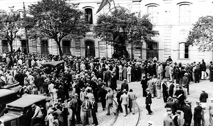 <strong> Alistamento de voluntários civis</strong> na Faculdade de Direito de São Paulo, no largo de São Francisco