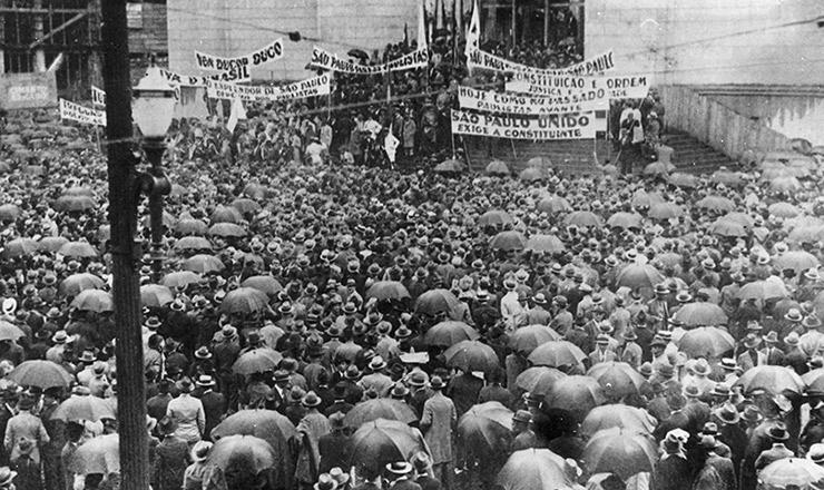 <strong> Sob chuva, multid&atilde;o se aglomera </strong> em com&iacute;cio pr&oacute;-Constituinte na pra&ccedil;a da Sé (centro de S&atilde;o Paulo), em 25 de janeiro de 1932, anivers&aacute;rio da cidade