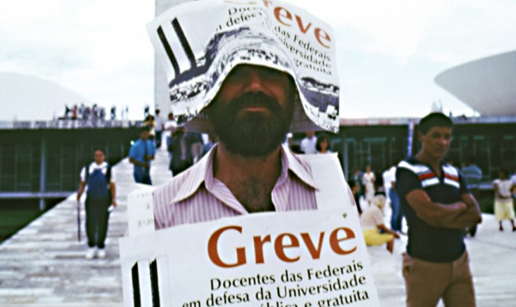 <strong> Participante de manifestação da Andes</strong> (Associação Nacional dos Docentes do Ensino Superior), em Brasília, durante a greve dos professores das universidades federais