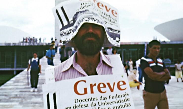 <strong> Participante de manifesta&ccedil;&atilde;o da Andes</strong> (Associa&ccedil;&atilde;o Nacional dos Docentes do Ensino Superior), em Bras&iacute;lia, durante a greve dos professores das universidades federais