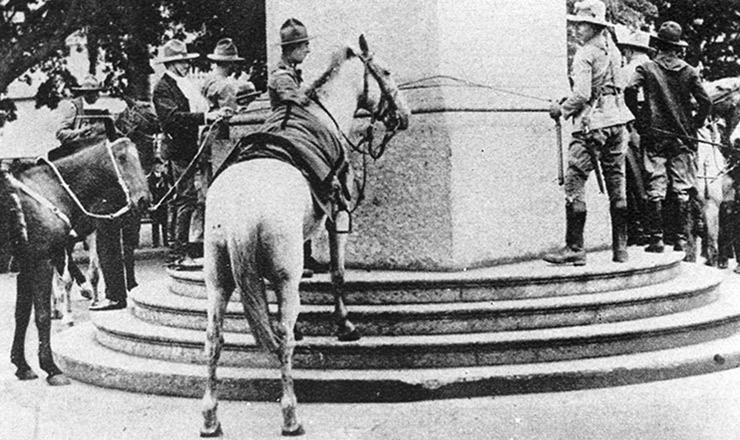 <strong> Soldados gaúchos amarram os cavalos no obelisco</strong> da avenidaRio Branco, Rio de Janeiro (capital federal): vitória