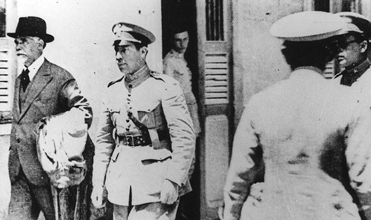 <strong> Do forte de Copacabana, </strong> onde ficou preso, Washington Lu&iacute;s parte o exílio