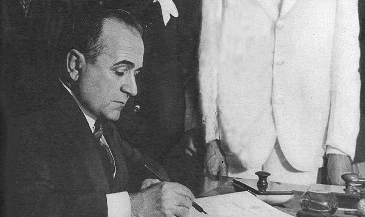 <strong> Empossado, Getúlio Vargas assina </strong> os primeiros decretos de seu governo