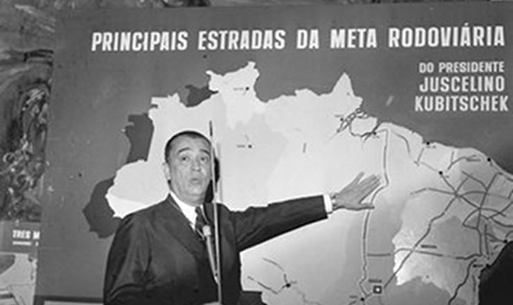 "<strong> Juscelino explica</strong> seu Plano de Metas durante a conferência ""O Desenvolvimento Econômico e as Metas do Governo"", no Clube Militar. Rio de Janeiro, 1959"