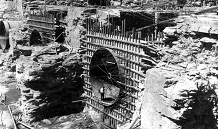 <strong> Construção da Usina Hidrelétrica </strong> <strong> de Três Marias,</strong> iniciada em 1958: a modernização estava ligada ao aumento da geração de energia elétrica