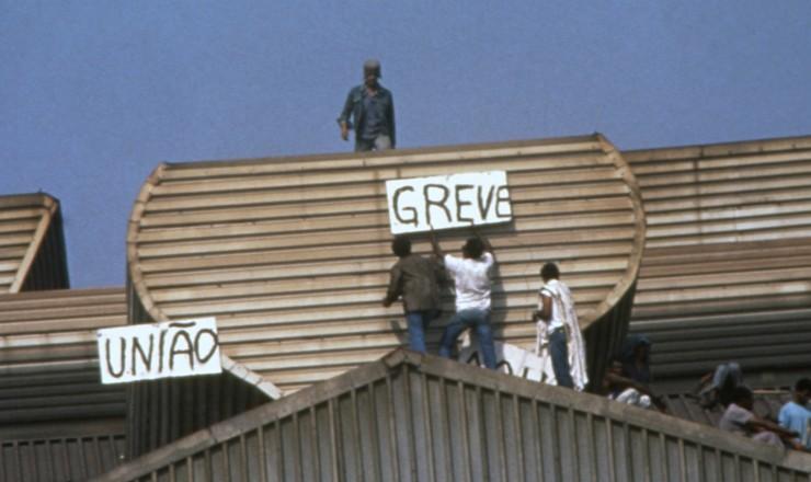 <strong> Trabalhadores da CSN em greve</strong> durante ocupação da siderúrgica