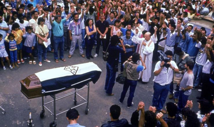 <strong> Funeral do metalúrgico </strong> da CSN Carlos Augusto Barroso, acompanhado por cerca de 2 mil pessoas que protestaram contra a violência do Exército