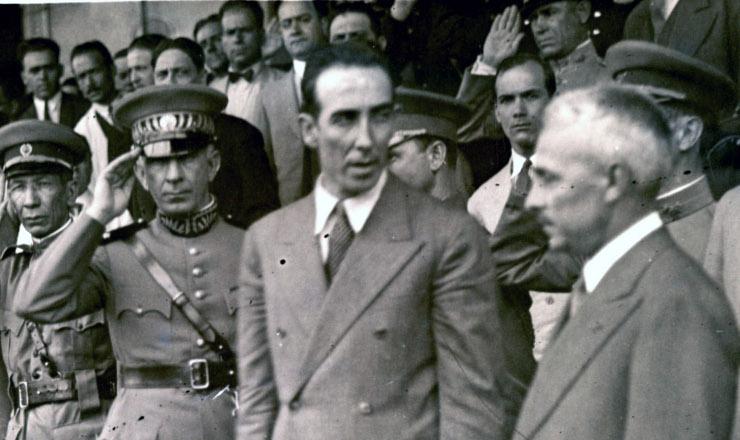<strong> João Alberto Lins de Barros </strong> (ao centro). Atrás dele, o general Miguel Costa