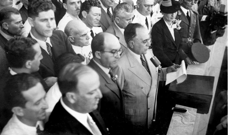 <strong> Da sacada do Minist&eacute;rio do Trabalho</strong> <strong> , Vargas anuncia </strong> medidas de prote&ccedil;&atilde;o ao trabalhador, 1&ordm; de maio de 1939