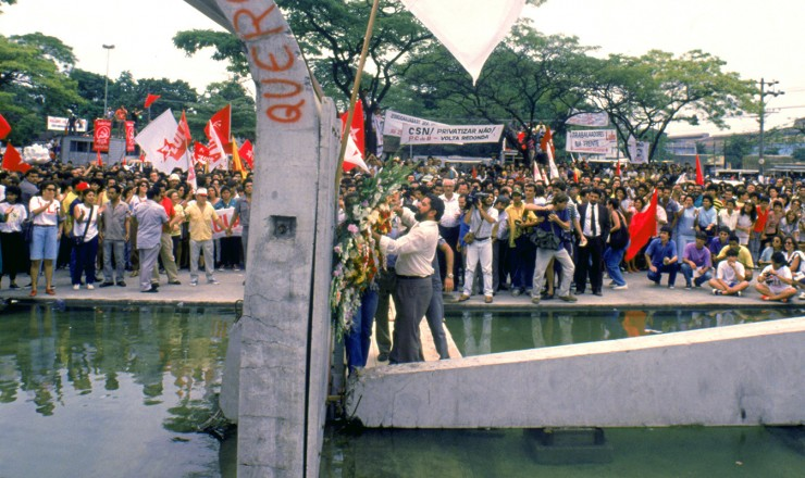 <strong> Luiz Inácio Lula da Silva </strong> deposita flores no monumento aos mortos na invasão da CSN