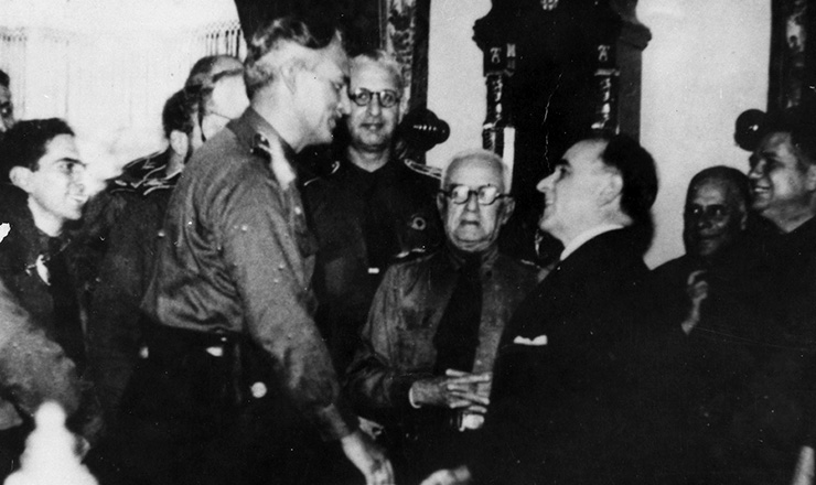 <strong> Get&uacute;lio Vargas recebe no Catete, </strong> em 1937, integralistas que lhe foram comunicar a escolha de Pl&iacute;nio Salgado para a&nbsp;sucess&atilde;o presidencial, 1937  &nbsp;  &nbsp;