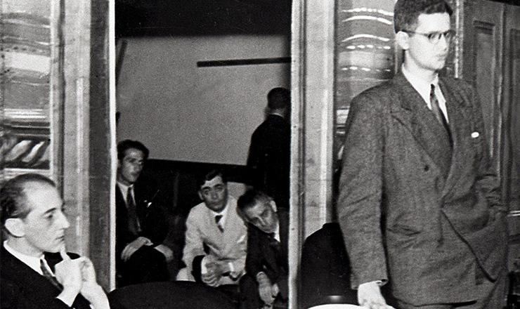 <strong> Caio Prado J&uacute;nior prepara-se para discursar</strong> &nbsp;durante&nbsp;ato da Alian&ccedil;a Nacional Libertadora em S&atilde;o Paulo, 1935  &nbsp;  &nbsp;