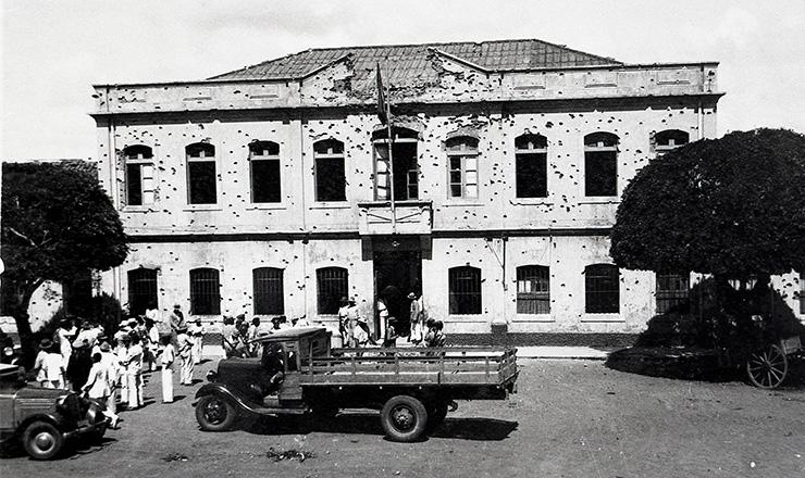 <strong> Fachada do quartel de Natal, </strong> depois de atingida por balas e bombas de tropas governistas  &nbsp;