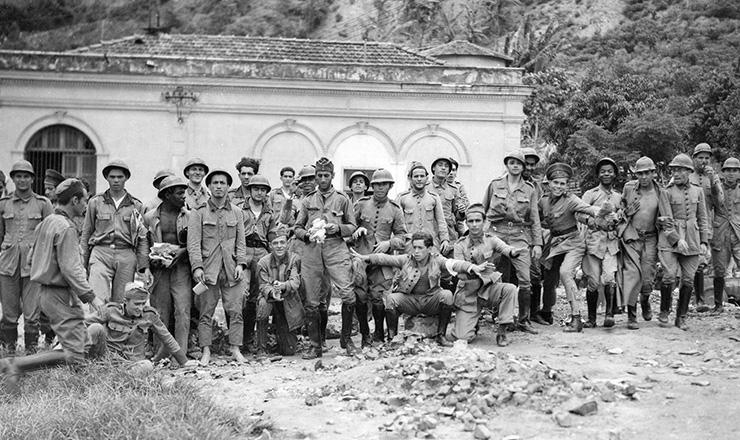 <strong> Militares rebeldes </strong> da ANL no quartel do 3&ordm;&nbsp;R.I.  &nbsp;