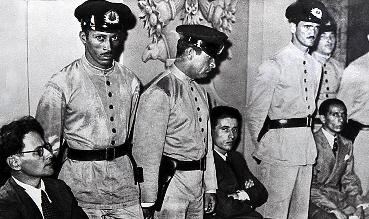 <strong> Rodolfo Ghioldi, Agliberto Azevedo e Agildo Barata</strong> &nbsp;(sentados), durante o julgamento pelo envolvimento na rebeli&atilde;o de 1935  &nbsp;  &nbsp;