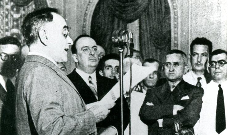 <strong> Get&uacute;lio Vargas anuncia </strong> pelo r&aacute;dio o in&iacute;cio da ditadura &mdash; era o&nbsp;&quot;Estado Novo&quot;  &nbsp;  &nbsp;