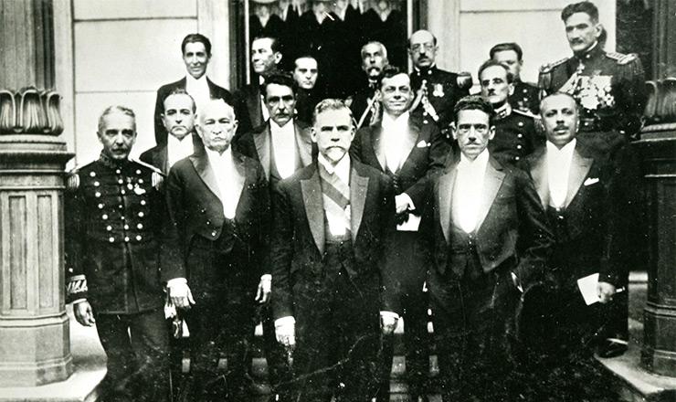<strong> Washington Luís,</strong> ministros e gabinete na cerimônia de posse na Presidência da República, em 1926. O então deputado Getúlio Vargas era o ministro da Fazenda e aparece na 2ª fileira, à esquerda. Ao lado do presidente, com a mão no bolso, está ovice-presidente Melo Viana
