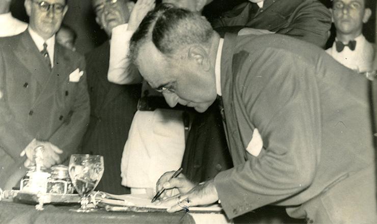<strong> Getúlio Vargas assina</strong> o decreto que instituiu o salário mínimo