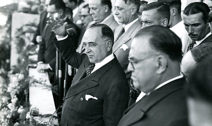 <strong> Da sede do Minist&eacute;rio do Trabalho, Get&uacute;lio&nbsp;anuncia </strong> a CLT, em 1&ordm; de maio de 1943  &nbsp;