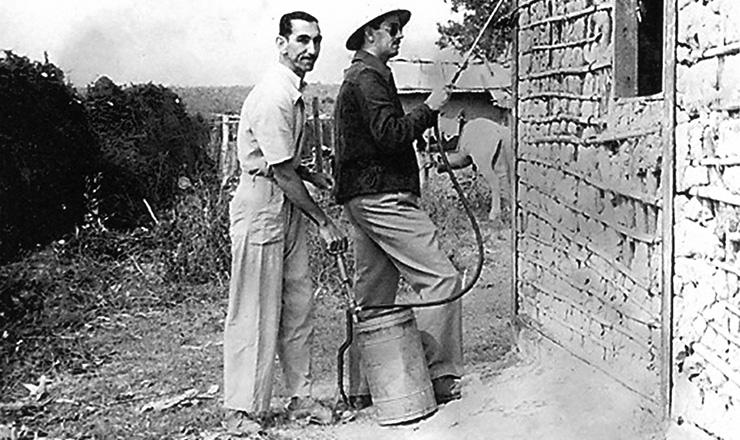 <strong> Agentes de sa&uacute;de fumigam&nbsp;casa de pau a pique</strong> no interior de Minas Gerais para a preven&ccedil;&atilde;o da doen&ccedil;a de Chagas  &nbsp;  &nbsp;  &nbsp;