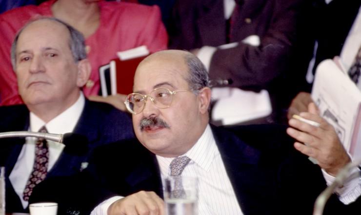 <strong> Paulo César Farias</strong> em depoimento à CPI do Congresso; ao fundo, o senador Maurício Corrêa, vice-presidente da comissão
