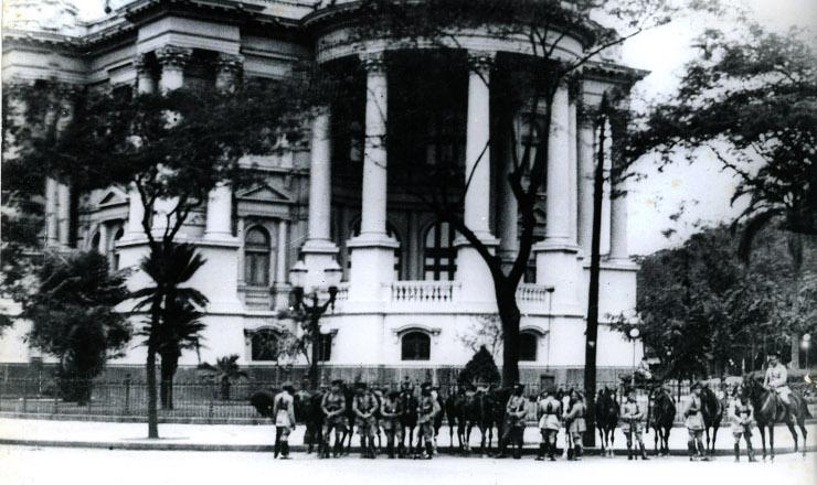 <strong> Soldados cercam o palácio Monroe, sede do Senado:</strong> começou o Estado Novo