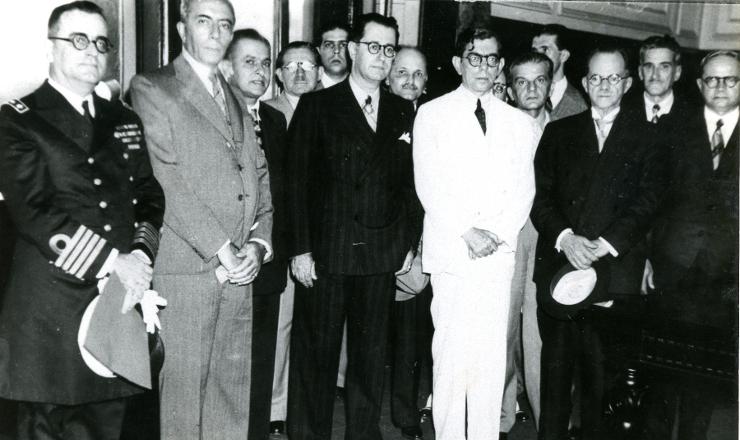 <strong> Francisco Campos (terno branco) comparece </strong> à posse de Frederico de Barros Barreto (à sua direita) na presidência do Tribunal de Segurança Nacional, em setembro de 1936