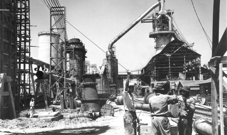 <strong> Operários trabalham na construção</strong> da usina de Volta Redonda da CSN, em 1941