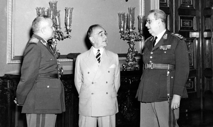 <strong> Getúlio Vargas</strong> entre Eurico Dutra,que lhe sucederia, e Góis Monteiro, que o derrubaria, em imagem de9 de agosto de 1945