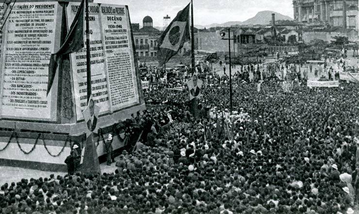 <strong> Multidãocomparecea manifestaçãopromovida pelo DIP</strong> em 9 de novembro de 1940 na Esplanada do Castelo, no Rio, pelo10º aniversário do governo Vargas