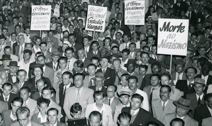 <strong> Com&iacute;cio contra o nazifascismo&nbsp;</strong> no Rio de Janeiro, em maio de 1943