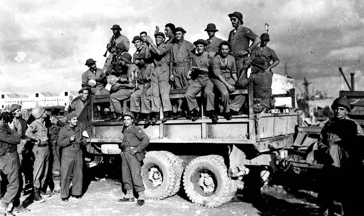 <strong> Sobre um caminh&atilde;o militar, pracinhas da FEB na It&aacute;lia tocam </strong> samba, em outubro de 1944